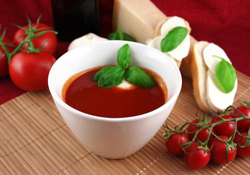 Soupe express: tomate, mozzarella et poivre vert